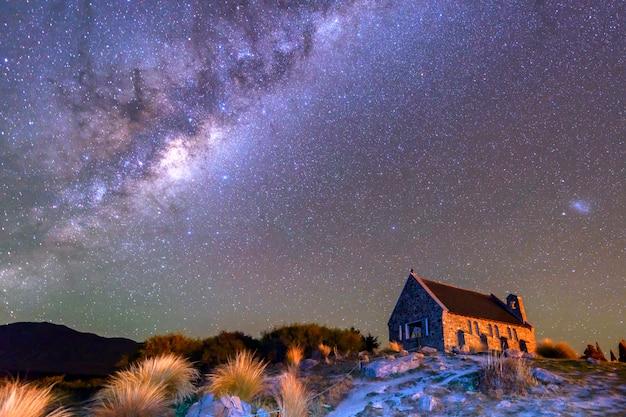 La voie lactée au-dessus de l'église du bon pasteur, lac tekapo, île du sud, nouvelle-zélande