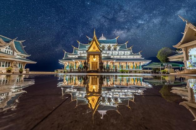 Voie lactée au temple wat pa phu kon, udon thani, thaïlande