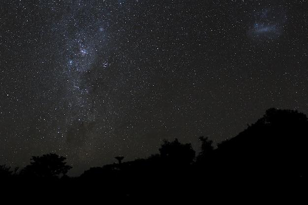 Voie lactée et ciel étoilé au-dessus des montagnes de l'île de bali.