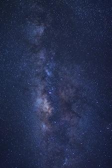 Voie lactée clairement lactée avec des étoiles et de la poussière de l'espace dans l'univers