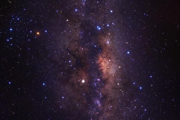 Voie lactée avec les étoiles et la poussière de l'espace dans l'univers