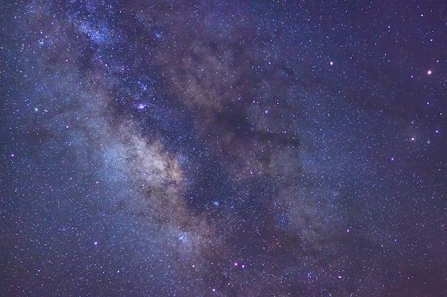 Voie lactée avec des étoiles et de la poussière spatiale dans l'univers