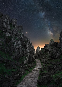 Voie lactée sur un paysage de nuit dans les montagnes de l'espagne