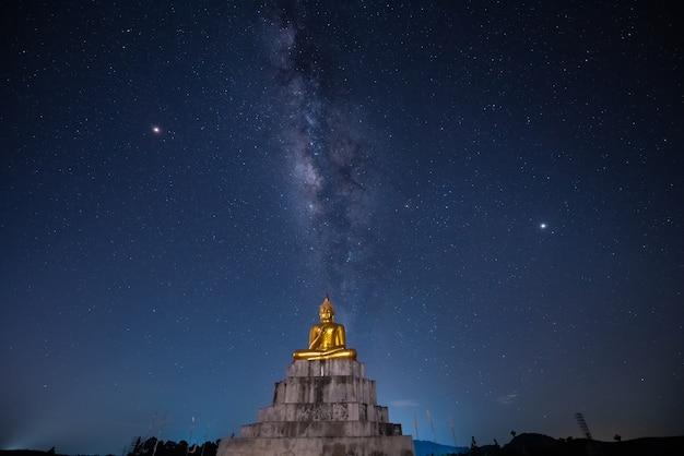Voie lactée sur une statue de bouddha
