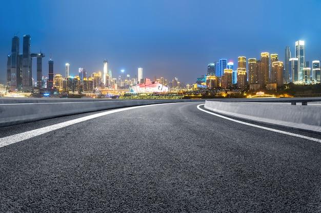 La voie rapide et les toits de la ville moderne se trouvent à chongqing, en chine.