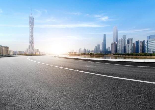 La voie rapide et les toits de la ville moderne se trouvent à guangzhou, en chine.
