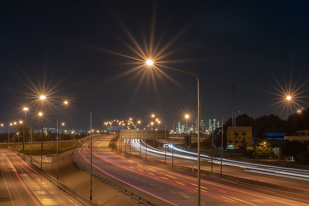 Voies de circulation destinées à des zones industrielles, voie de transport, concept industriel et de transport, flou