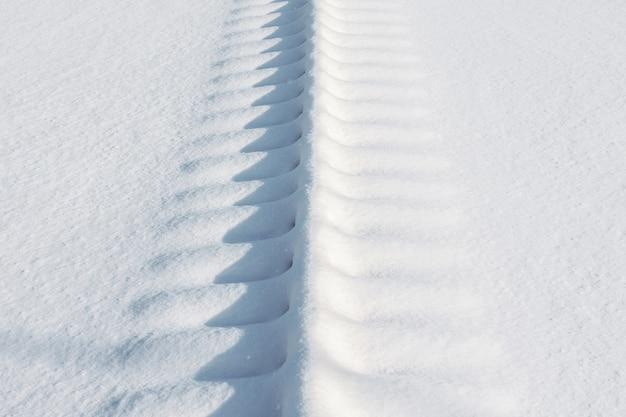 Voies ferrées pour trains couverts de neige.