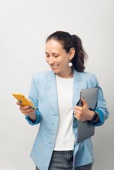 Voilà à quoi ressemble une femme dans le monde numérique, toujours avec un ordinateur portable et un téléphone à portée de main.