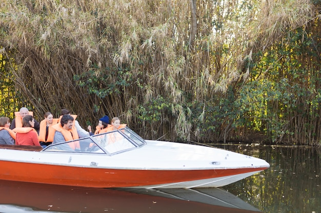 Voile de famille sur la rivière