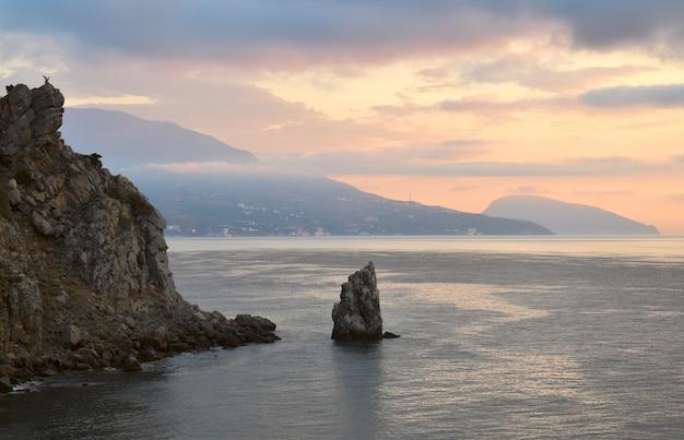 Voile de roche dans les eaux de la mer noire au château les hirondelles nichent au petit matin