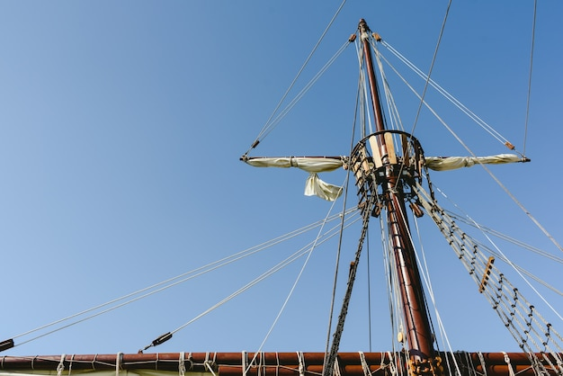 Voiles et cordages du mât principal d'un navire caravelle, navires santa maría columbus