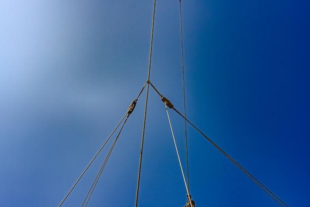 Voiles et cordes du mât principal d'un navire caravelle, navires de santa maría columbus