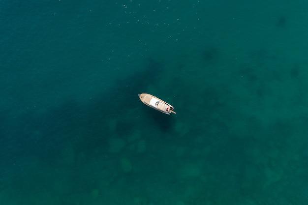 Voilier dans la mer dans la lumière du soleil du soir sur la belle mer, aventure d'été de luxe, vacances actives en mer méditerranée, turquie