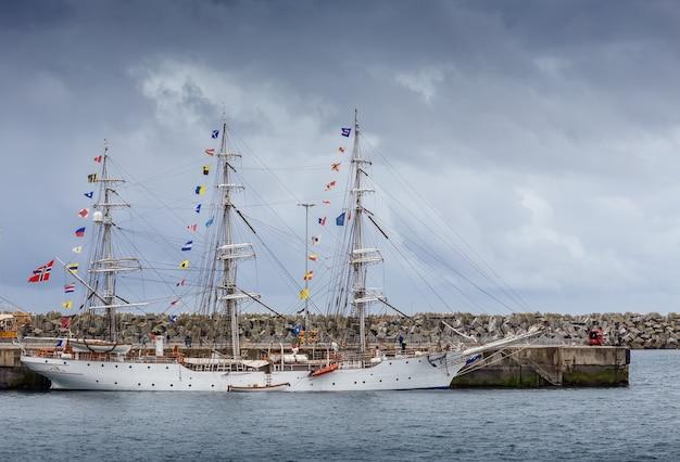 Voiliers anciens amarrés dans le port de sines, portugal