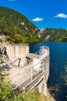 Voir au barrage sur le lac zaovine en serbie