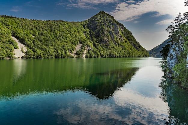 Voir au lac artificiel de perucac sur la rivière drina en serbie