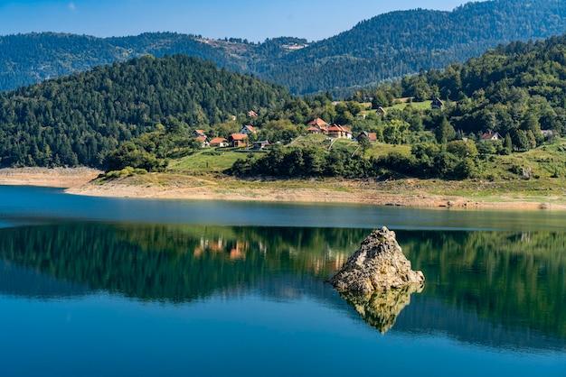 Voir au lac artificiel de zaovine en serbie