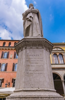 Voir au monument du poète dante alighieri sur la piazza dei signori à vérone, italie