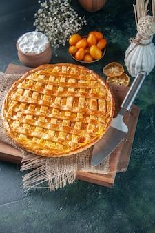 Voir ci-dessus une délicieuse tarte kumquat sur une surface bleu foncé cookie cuire au four dessert thé couleur biscuit pâte à gâteau sucré