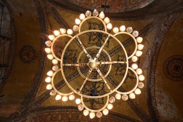 Voir le dôme de la mosquée avec l'ancienne basilique. décorations de plafond avec des éléments islamiques du dôme de la mosquée sultan ahmed à istanbul, turquie.