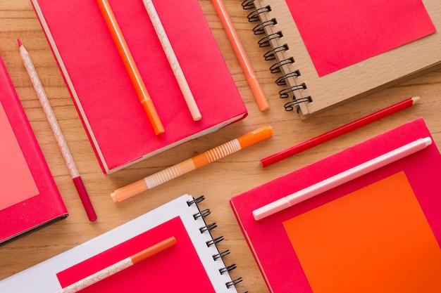 Voir les éléments de bureau ci-dessus sur table en bois