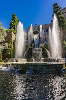Voir à la fontaine de neptune à travers les étangs à poissons de villa d'este à tivoli, italie