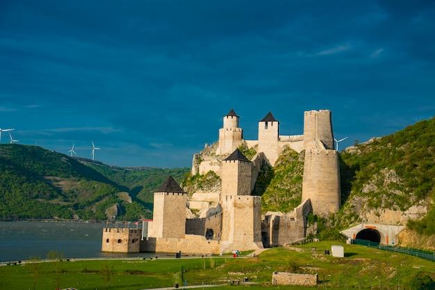 Voir à la forteresse médiévale de golubac en serbie
