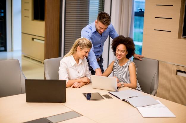 Voir les jeunes gens d'affaires travaillant dans un bureau moderne