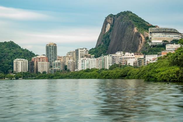 Voir la lagune rodrigo de freitas à rio de janeiro au brésil.