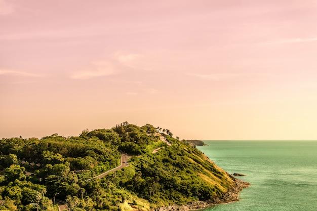 Voir le paysage marin avec le soleil frais et chaud à la mer asiatique.