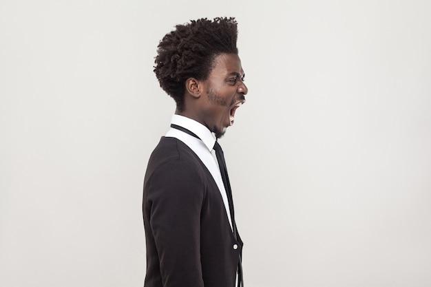 Voir le profil homme africain en colère. prise de vue en studio