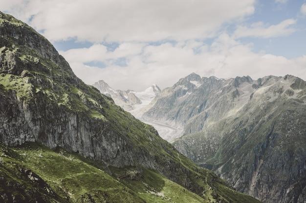 Voir des scènes de montagnes en gros plan, route du grand glacier d'aletsch dans le parc national de la suisse, de l'europe. paysage d'été, ciel bleu et journée ensoleillée