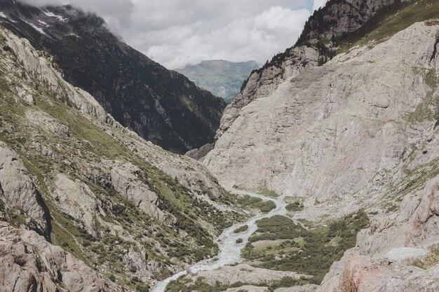 Voir des scènes de rivière en gros plan dans les montagnes, parc national suisse, europe. paysage d'été, temps ensoleillé, ciel bleu dramatique et journée ensoleillée
