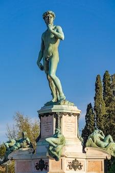 Voir à la statue de david de michel-ange sur la piazza michelangelo à florence, italie