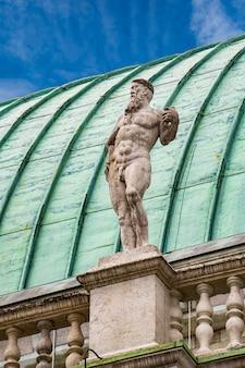Voir t statue à la basilique palladiana avec toit en cuivre dans la ville de vicence en italie