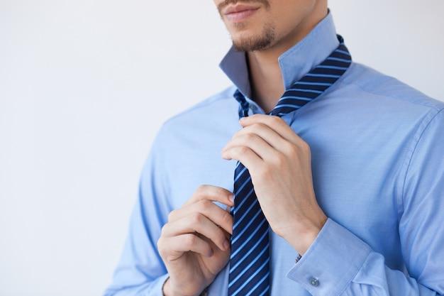 Voir tondu young businessman nouage tie