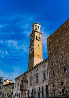Voir à la tour lamberti à vérone, italie