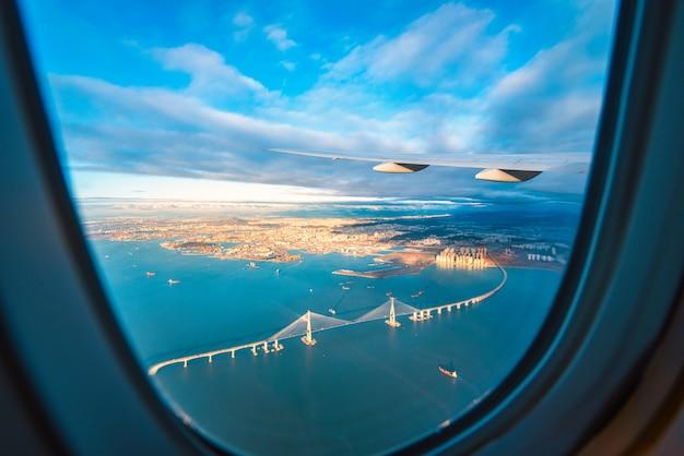 Voir à travers la fenêtre d'un avion