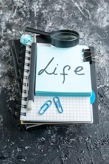 Voir la vie au-dessus de la note écrite sur la surface grise du bureau d'affaires de l'école photo de l'équipe de travail travail couleur collège