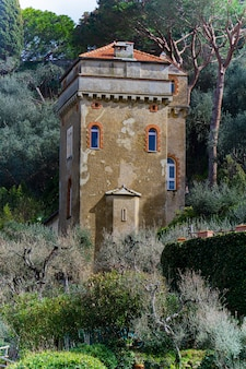 Voir à la vieille tour sur une colline à portofino, italie