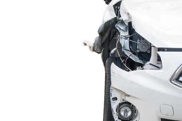 Une voiture accidentée est isolée sur fond blanc