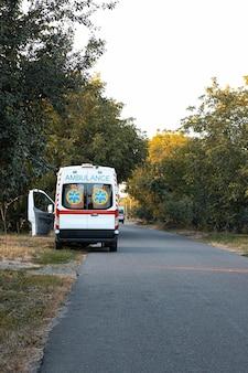 Une voiture d'ambulance est garée sur le bord de la route.