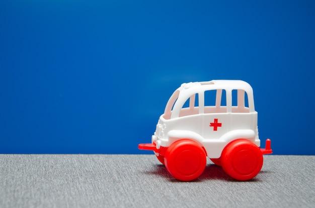 Voiture d'ambulance sur la route. une ambulance médicale de réanimation est venue chez le patient pour le traitement du coronavirus covid19.