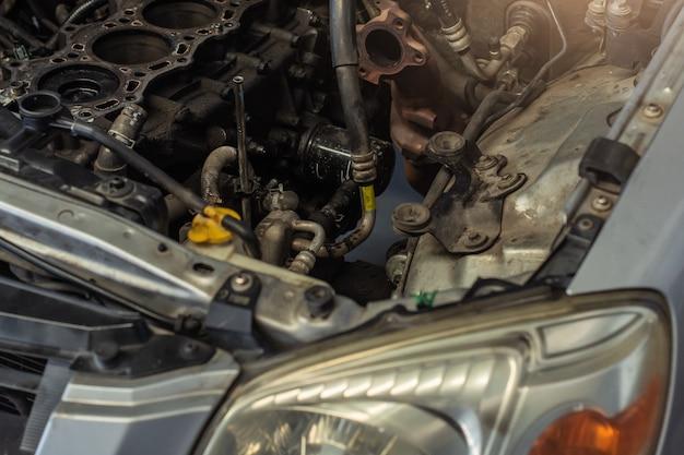 Cette voiture en attente de réparation sur la voiture dans le garage dans la chambre client garé dans la salle d'exposition