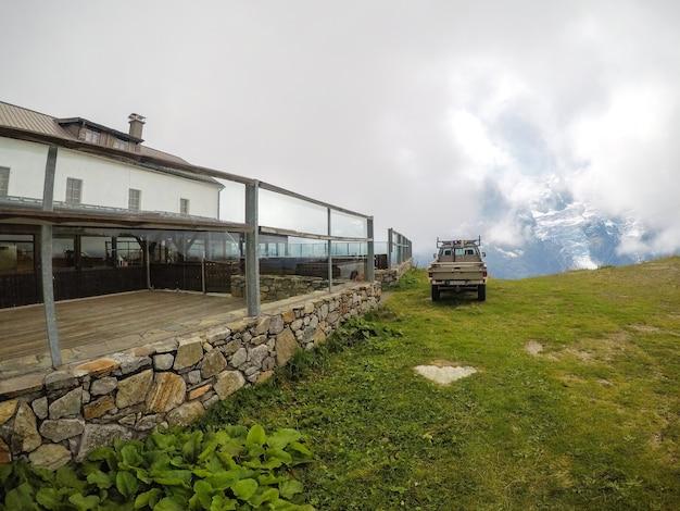 Une voiture au sommet de la montagne est un concept de vacances