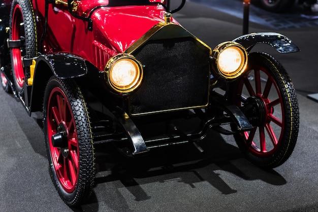 Voiture automobile américaine antique rouge
