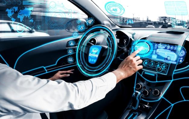 Voiture autonome sans chauffeur avec homme au siège du conducteur.