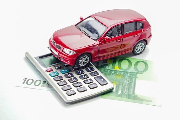 Voiture sur le billet de banque euro: concepts de prêt de voiture, d'assurance et de crédit-bail.