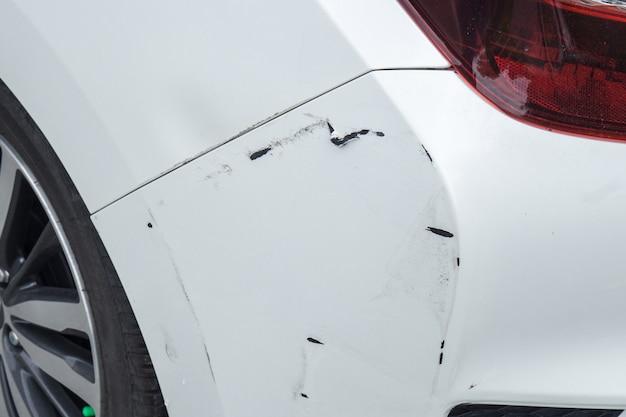 La voiture blanche a été heurtée à l'arrière, une voiture blanche à l'arrière.